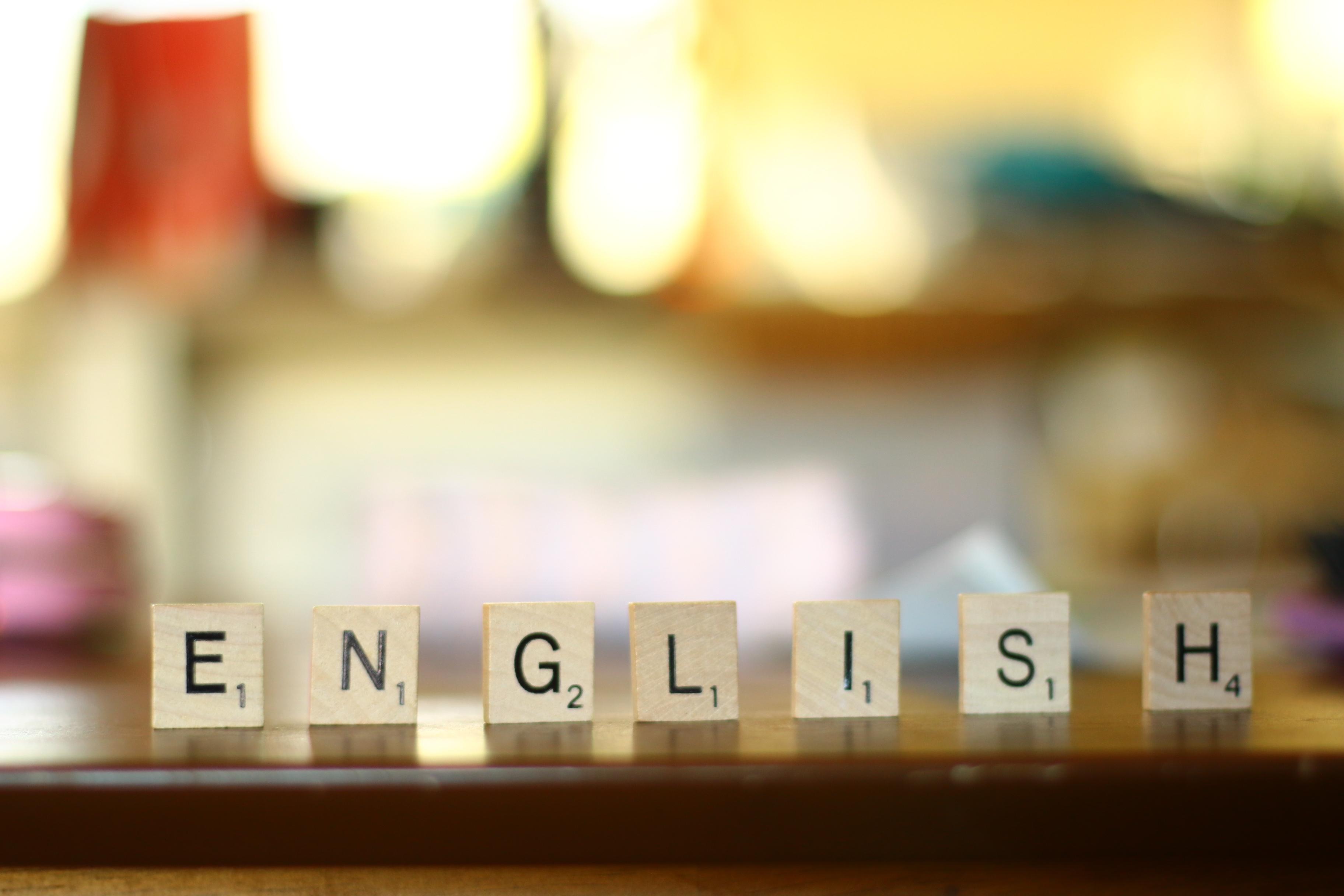 木のチップでenglishと書いている写真