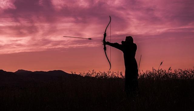男性が弓を放っている写真です
