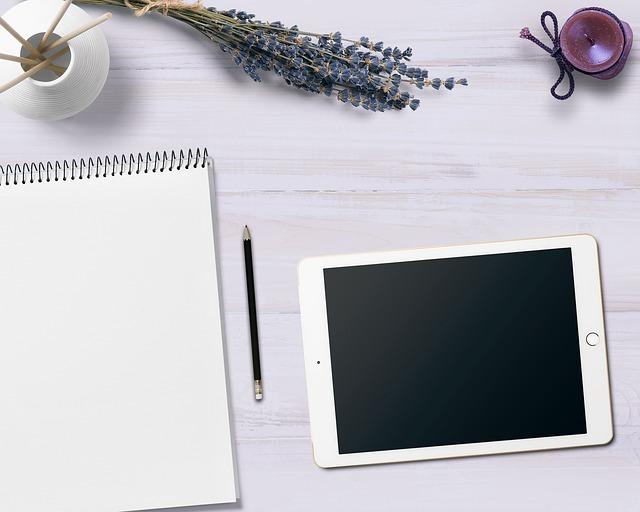 ノートと鉛筆とタブレットが置いてあり、手書きの手紙も電子メールも書くことができるシーンです。