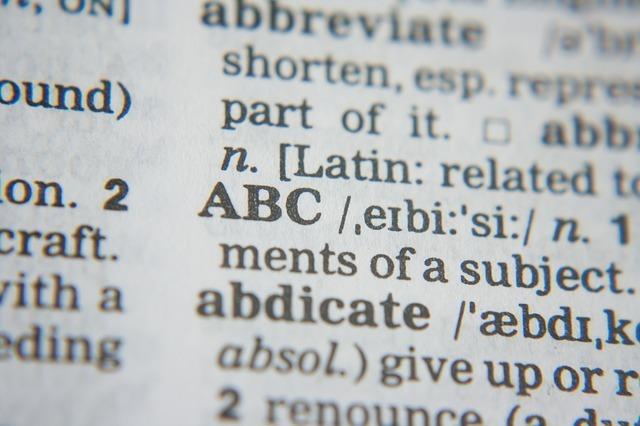 スペルの違いと辞書のイメージです。