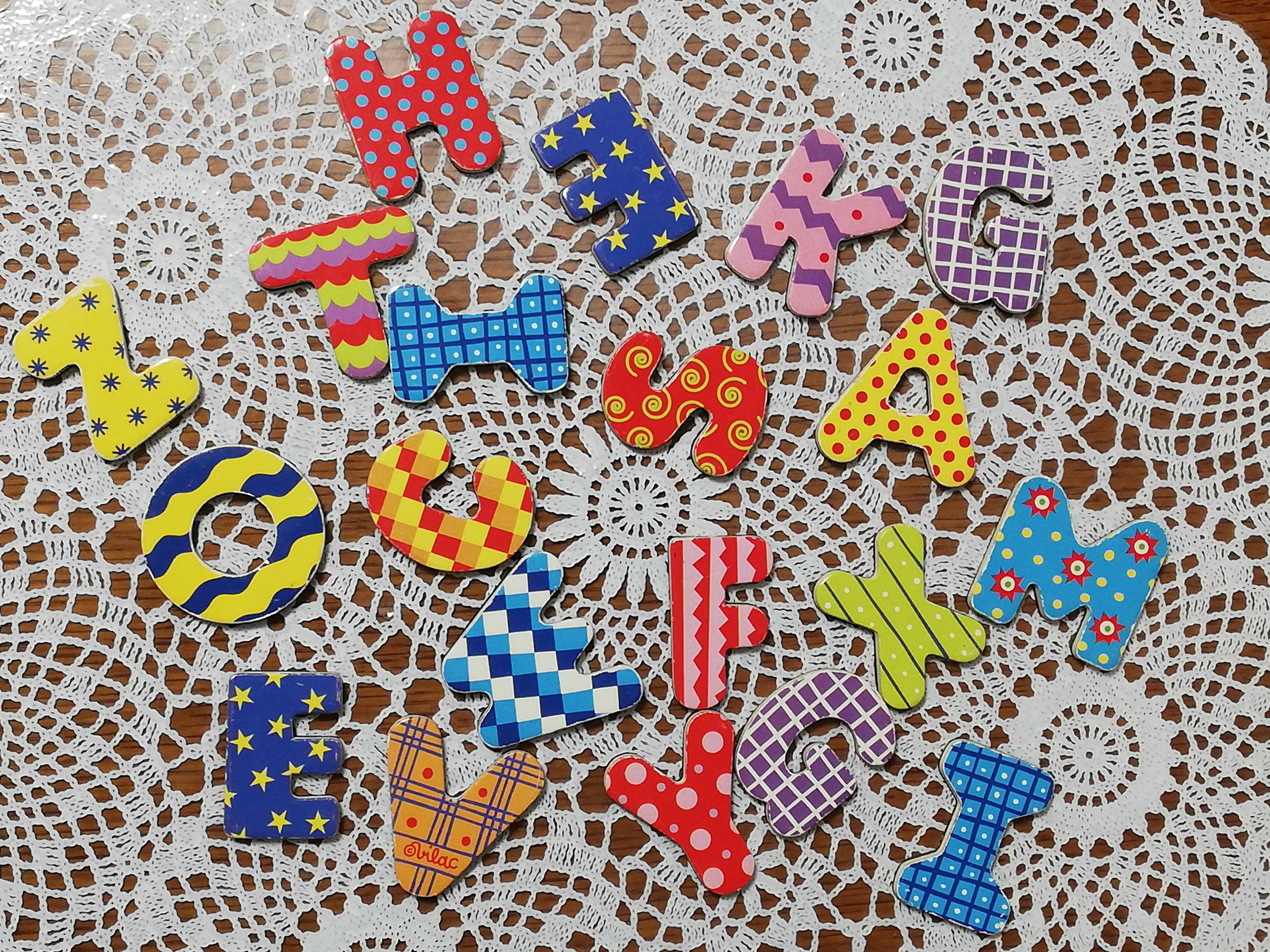 アルファベットのマグネットが並んだ写真です。