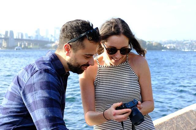 男女がカメラを覗き込んでいる写真です。