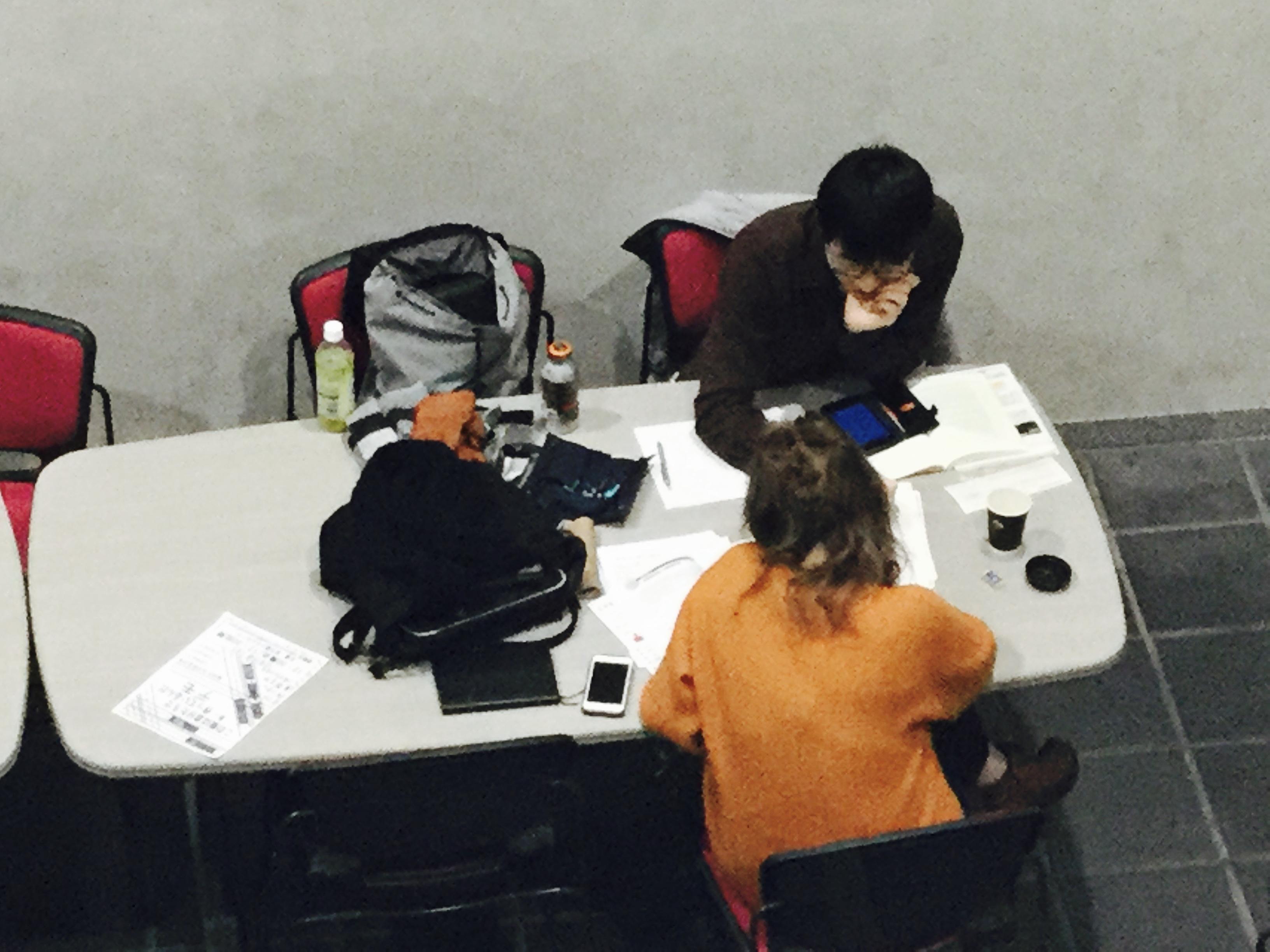 男女が机に向かって勉強している写真です。