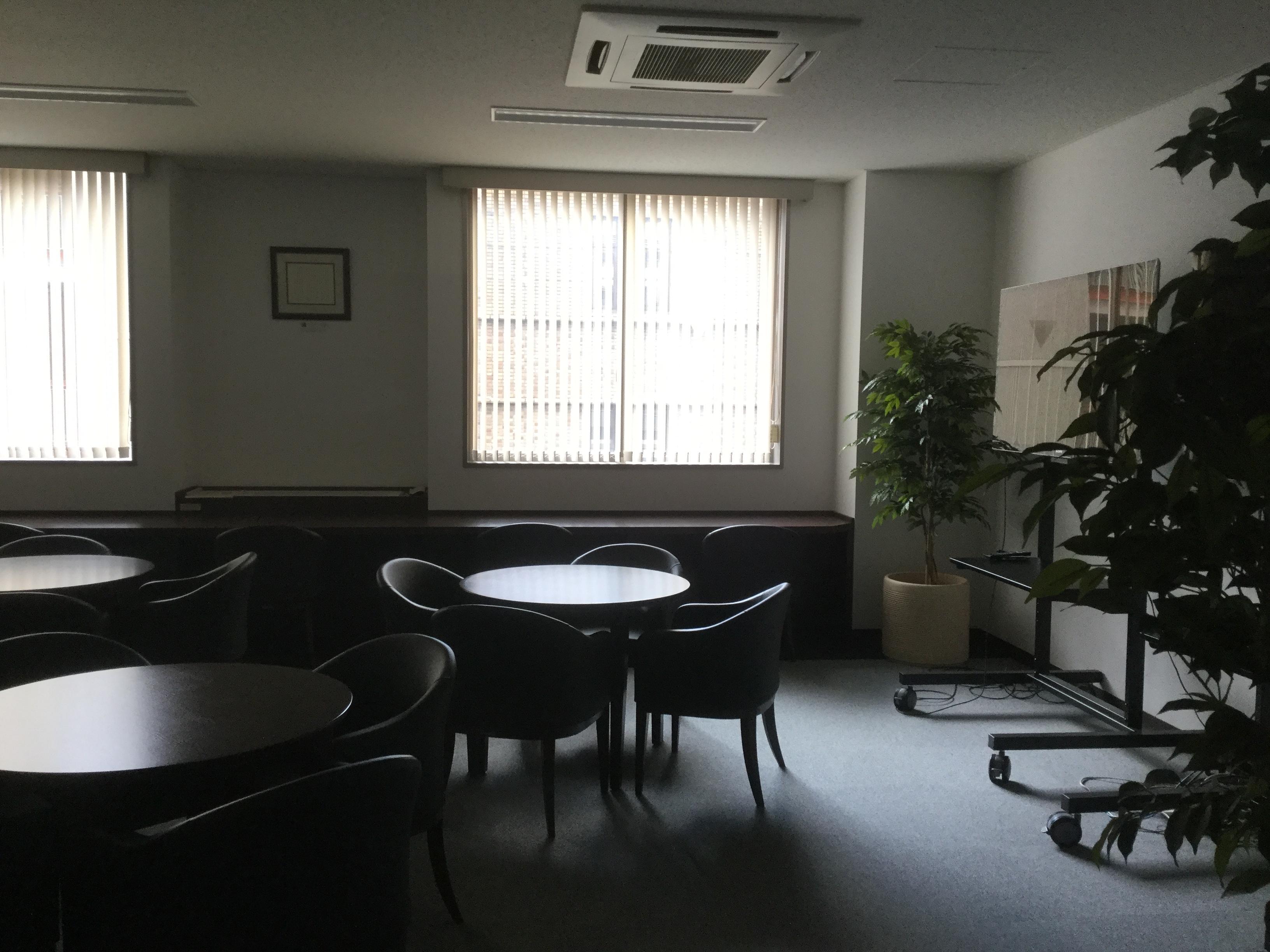 ビジネスの椅子と机の写真です。