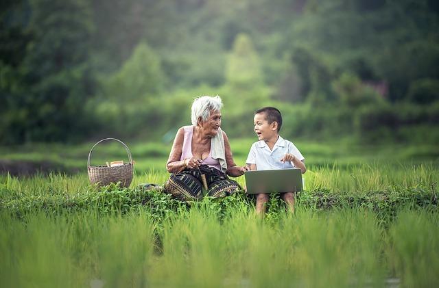 老人と子供が語り合っている写真です。