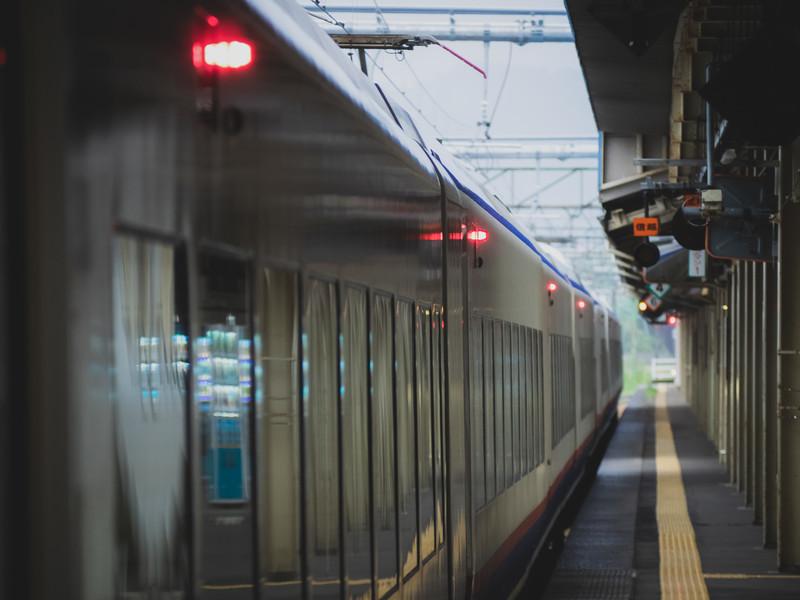 電車が駅に停車している
