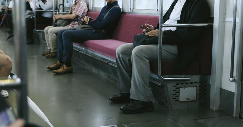 電車の中で人が座っている