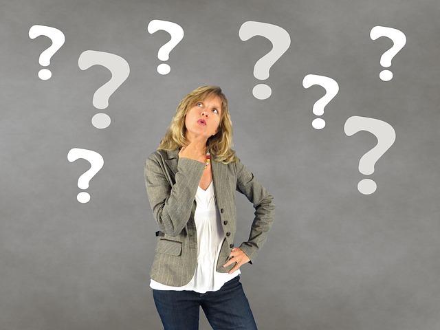 英語を話せるようになるにはまず何処から始めるか。考える女性。
