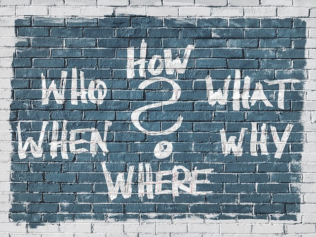 How,Who,What,When,Where,Whyの疑問詞が壁に書かれている画像です。