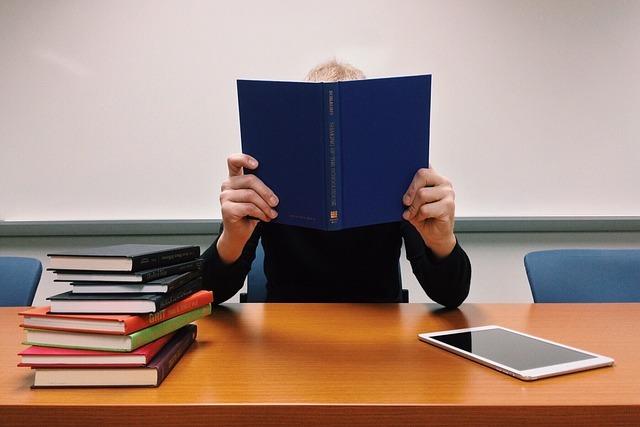 たくさんの本を読んで勉強している写真です。