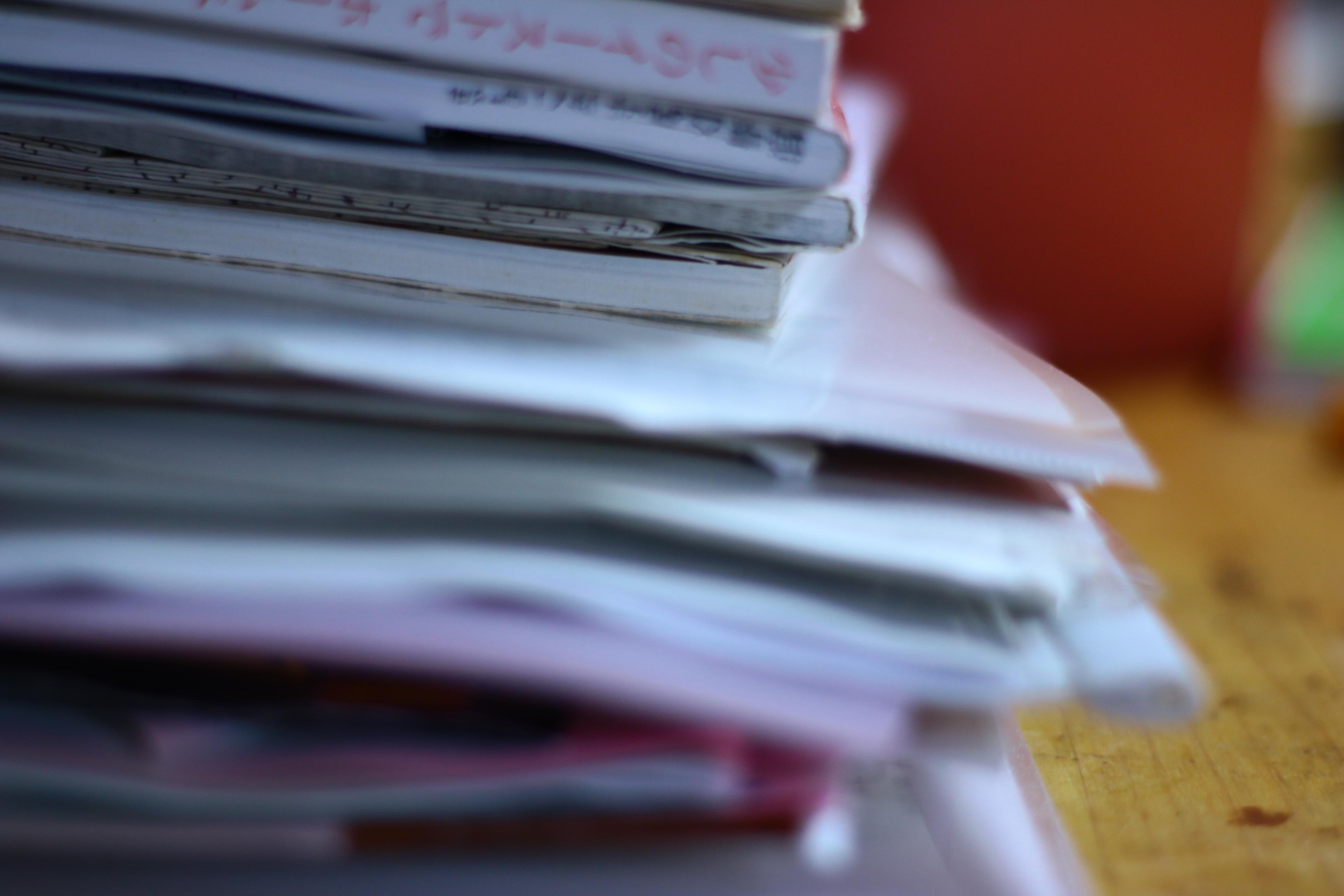 本や紙が積み重ねられている写真
