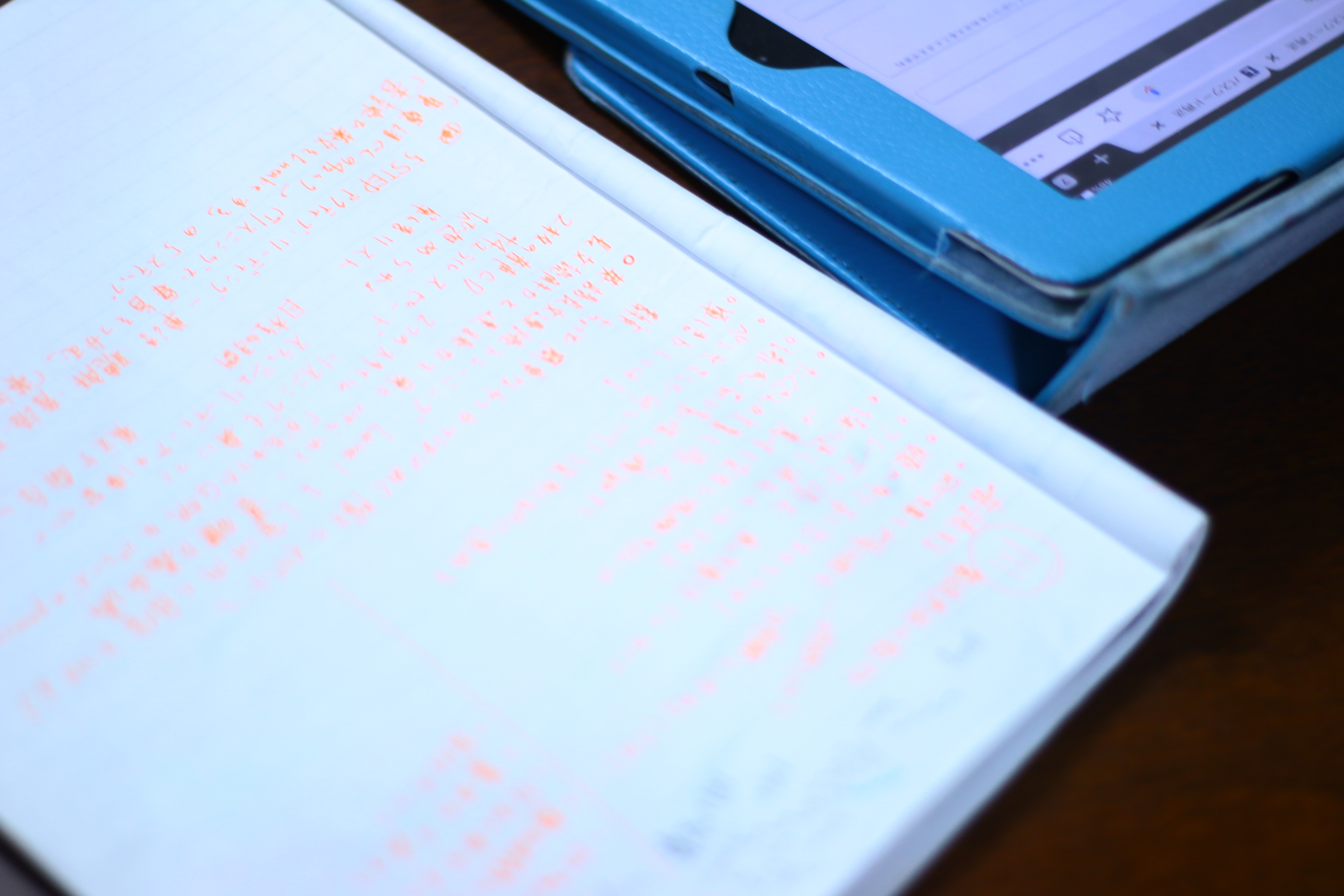 ノートに文字がたくさん書かれている写真