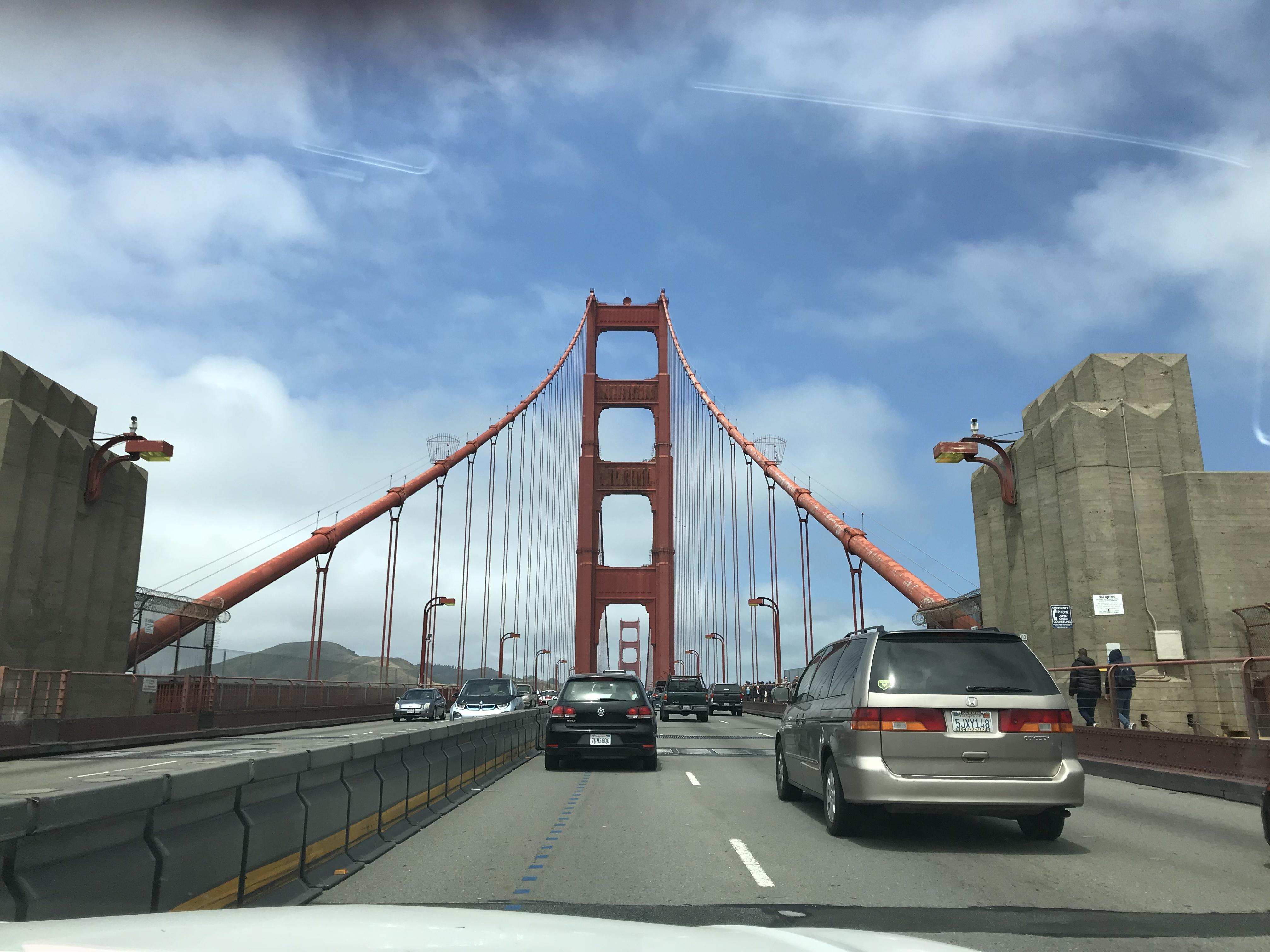 車でゴールデンゲートブリッジを渡っている写真です。