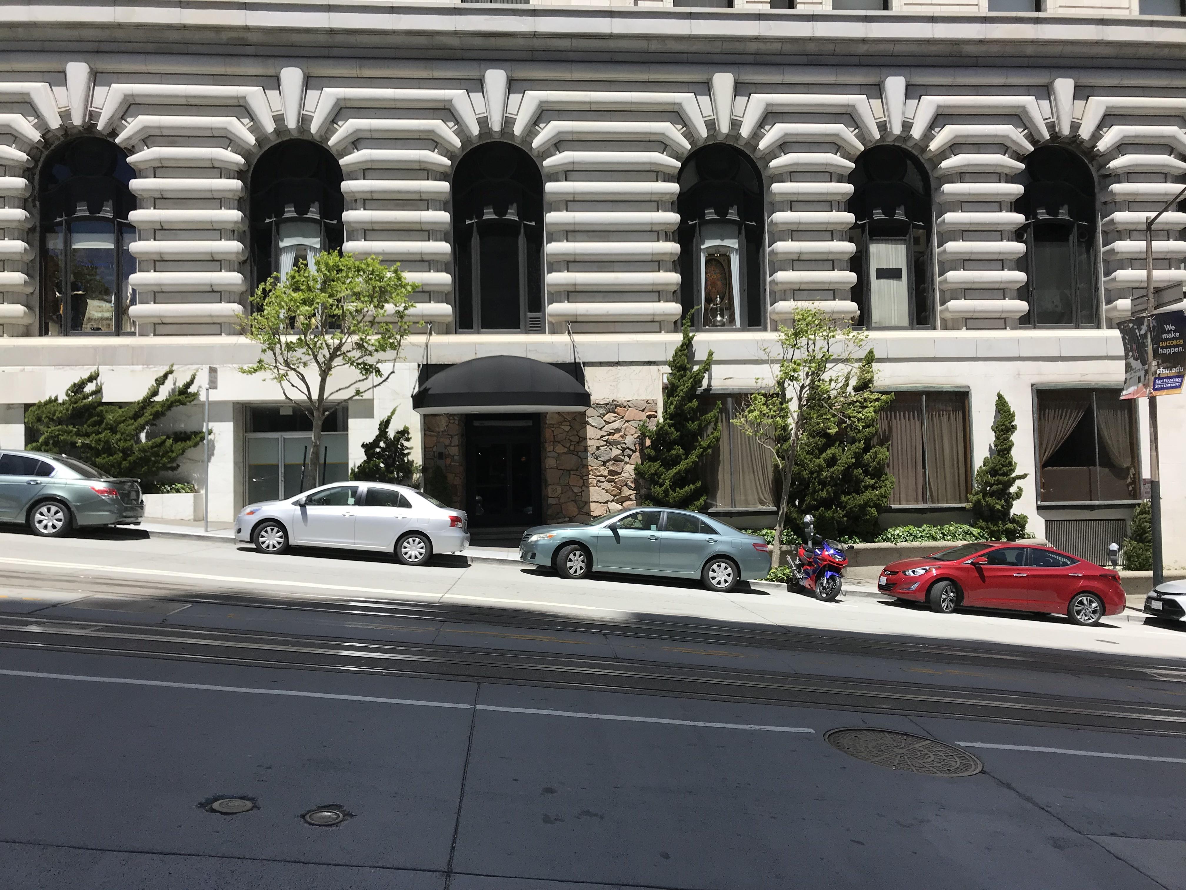 サンフランシスコの急坂に路駐する車です。