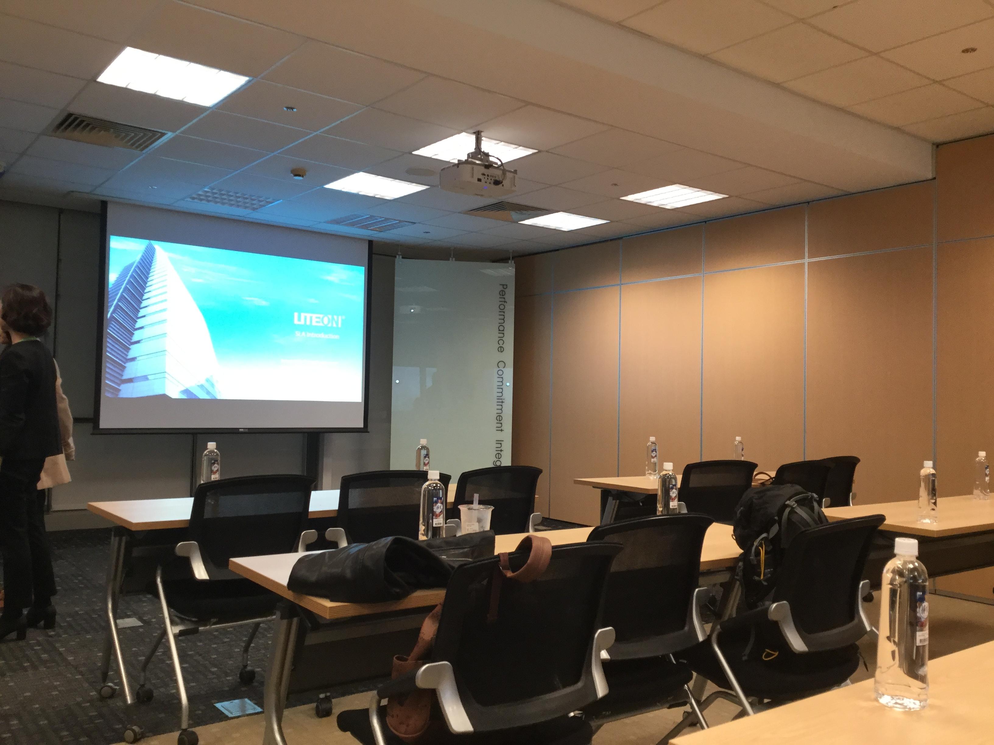 会議室とスライドの写真です。