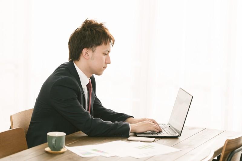 男性がパソコンを見ている