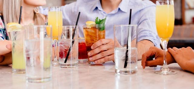 カクテルなどのドリンクがテーブルに並んだ写真です。