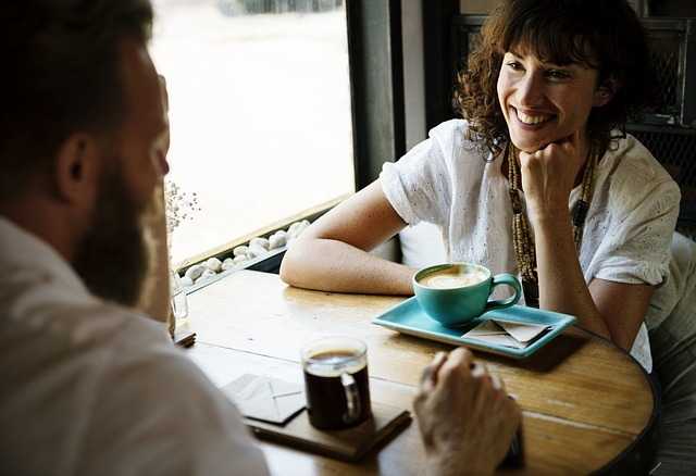 カフェで男性と女性が話している画像です。