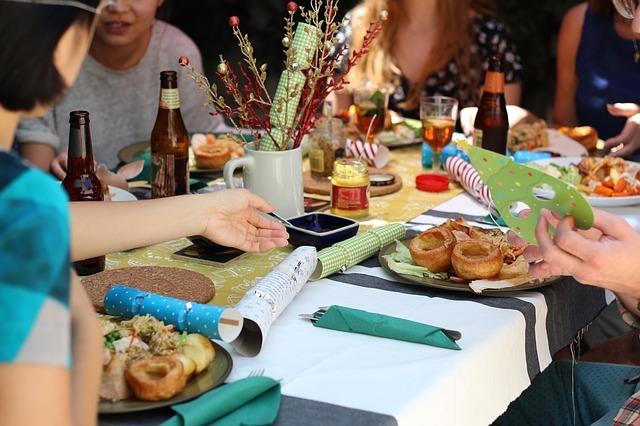 パーティーをしているテーブルの画像です。