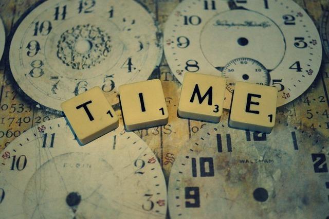時計がたくさんあります。