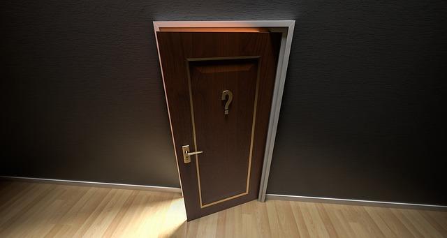 クエスチョンマークのついたドアが開いています。