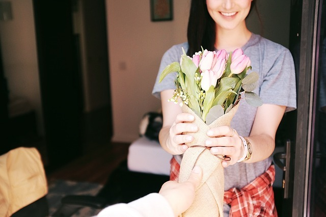 男性が女性に花をプレゼントしている
