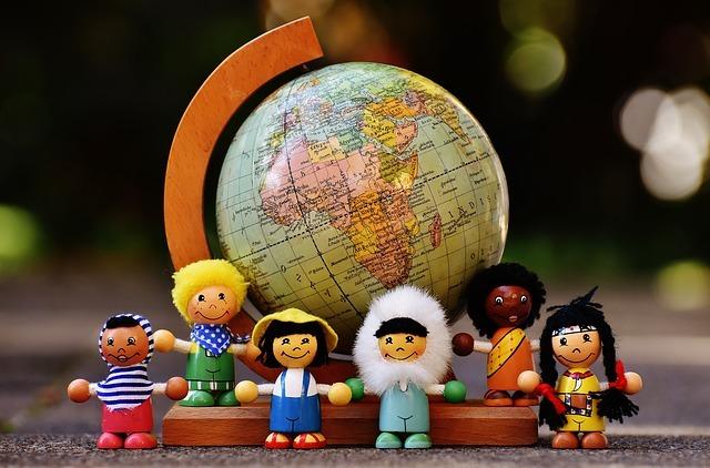 地球儀と様々な人種