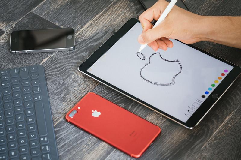 りんごの絵を練習している