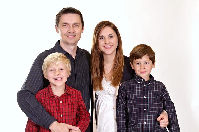お父さん、お母さん、男の子2人の4人家族の写真