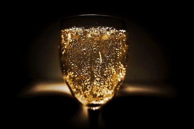 ワイングラスの中にシャンパンが入っている