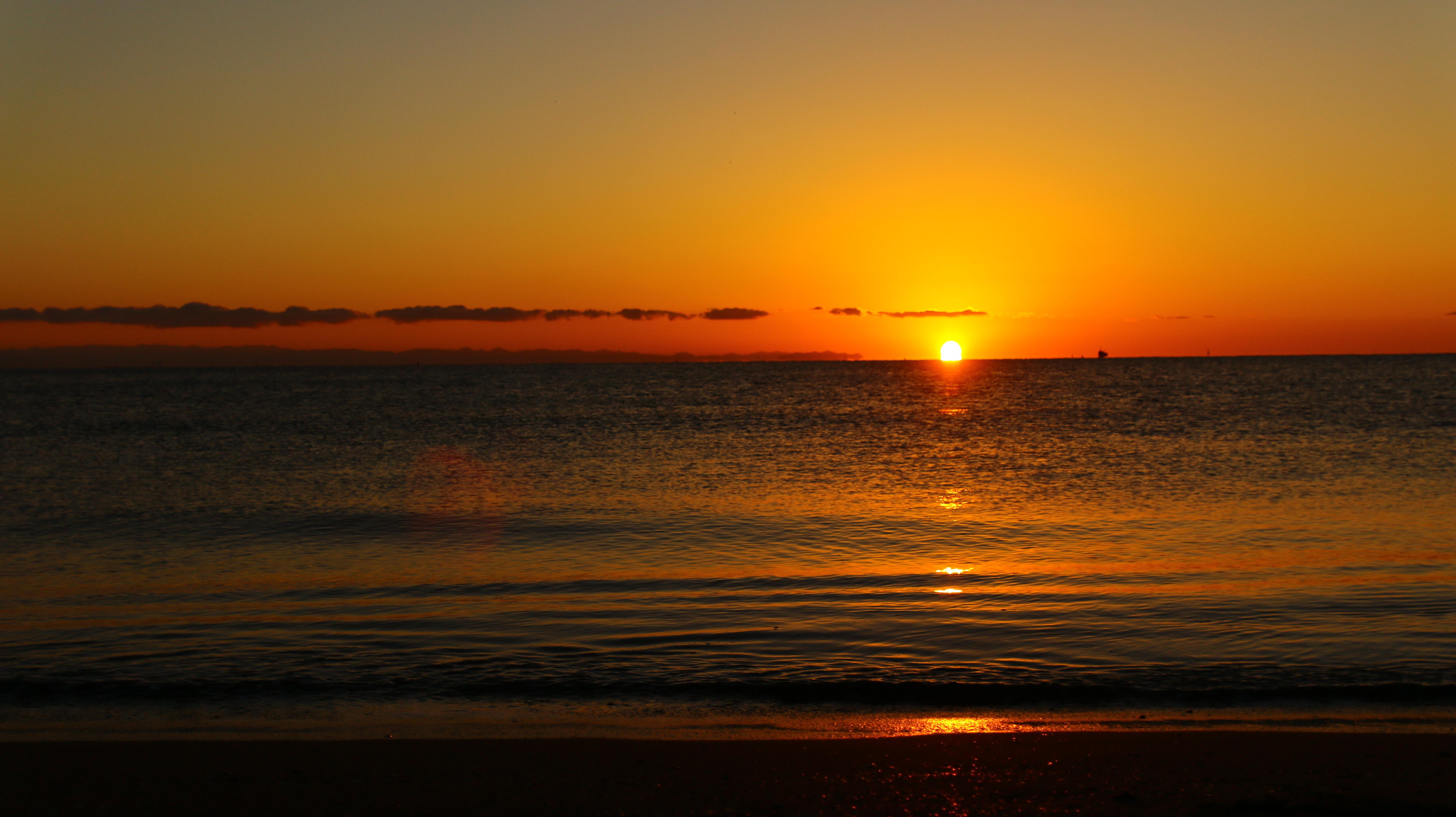 ビーチの日の出の写真