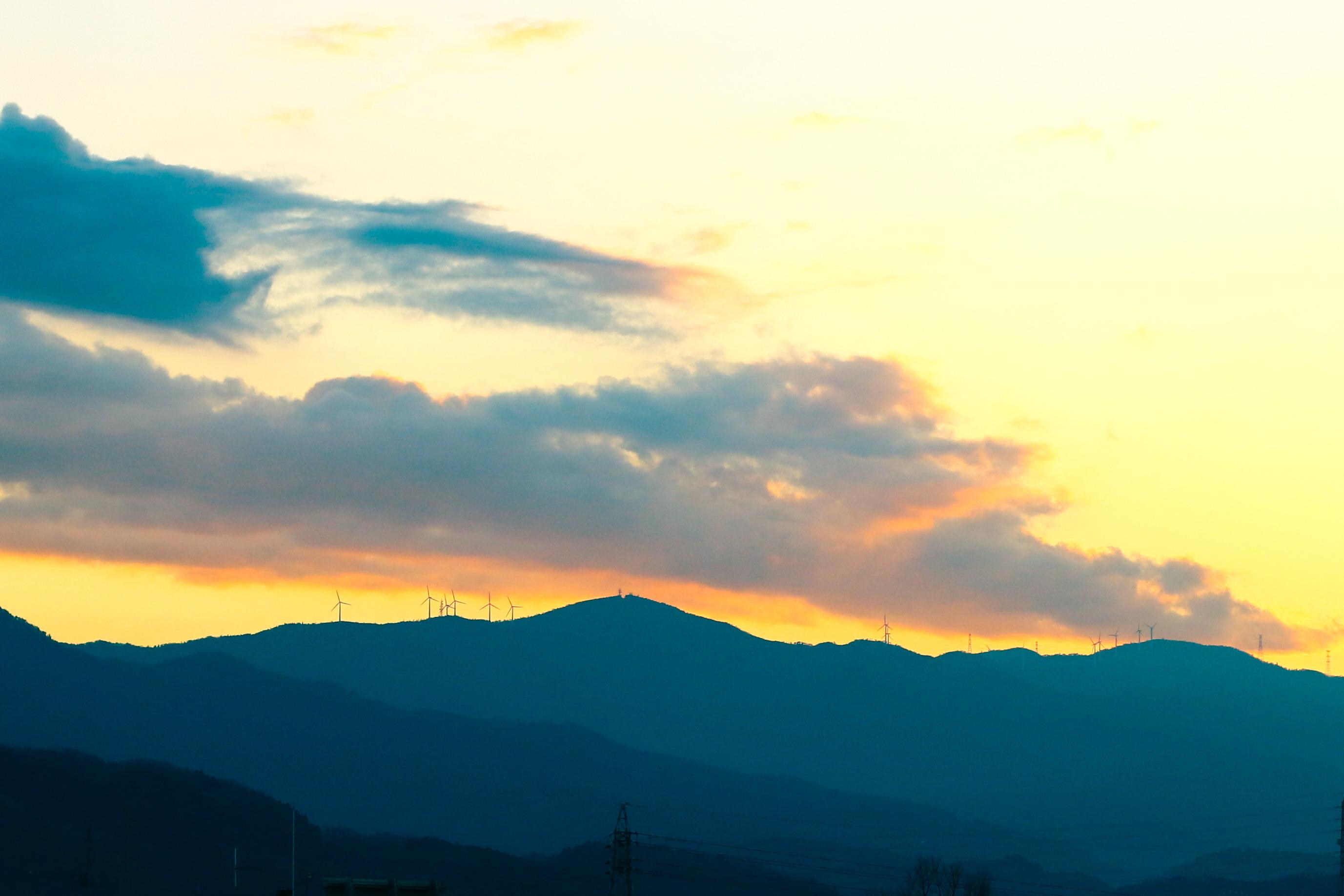 夕日の色と風車の写真