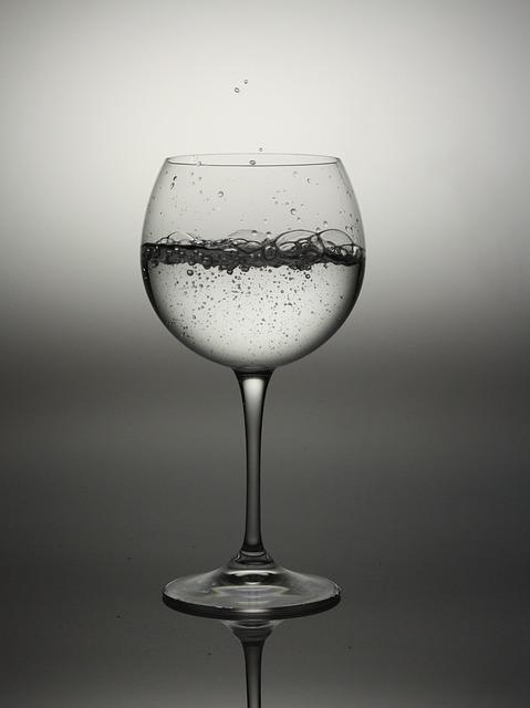 グラスに入った水のイメージです。