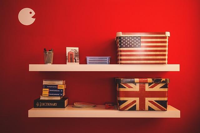 アメリカとイギリスの国旗や雑貨が載った棚の画像です。