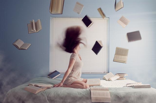 女性とたくさんの本