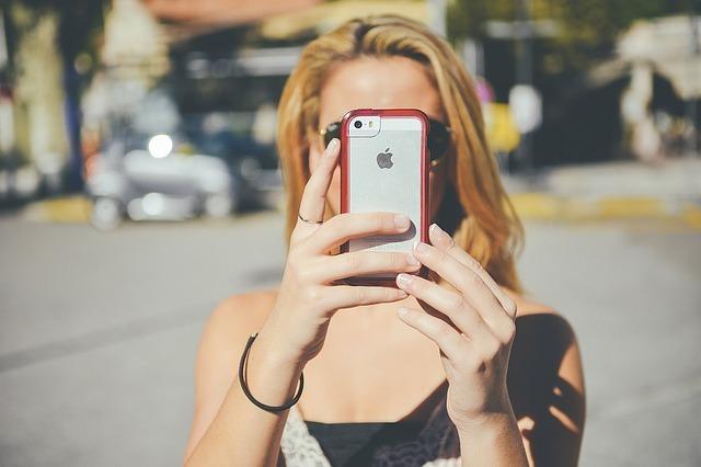 女性がiPhoneで自分の真正面を撮っている