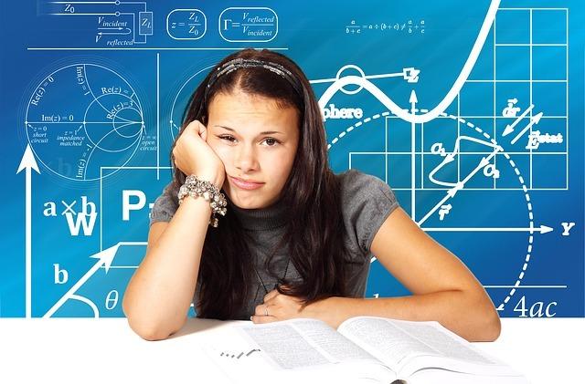 女性が勉強に疲れている