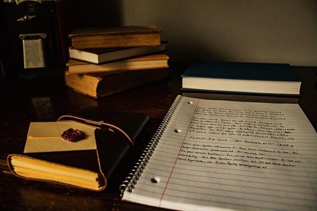 机の上に本とノート