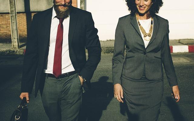 スーツ姿の男女
