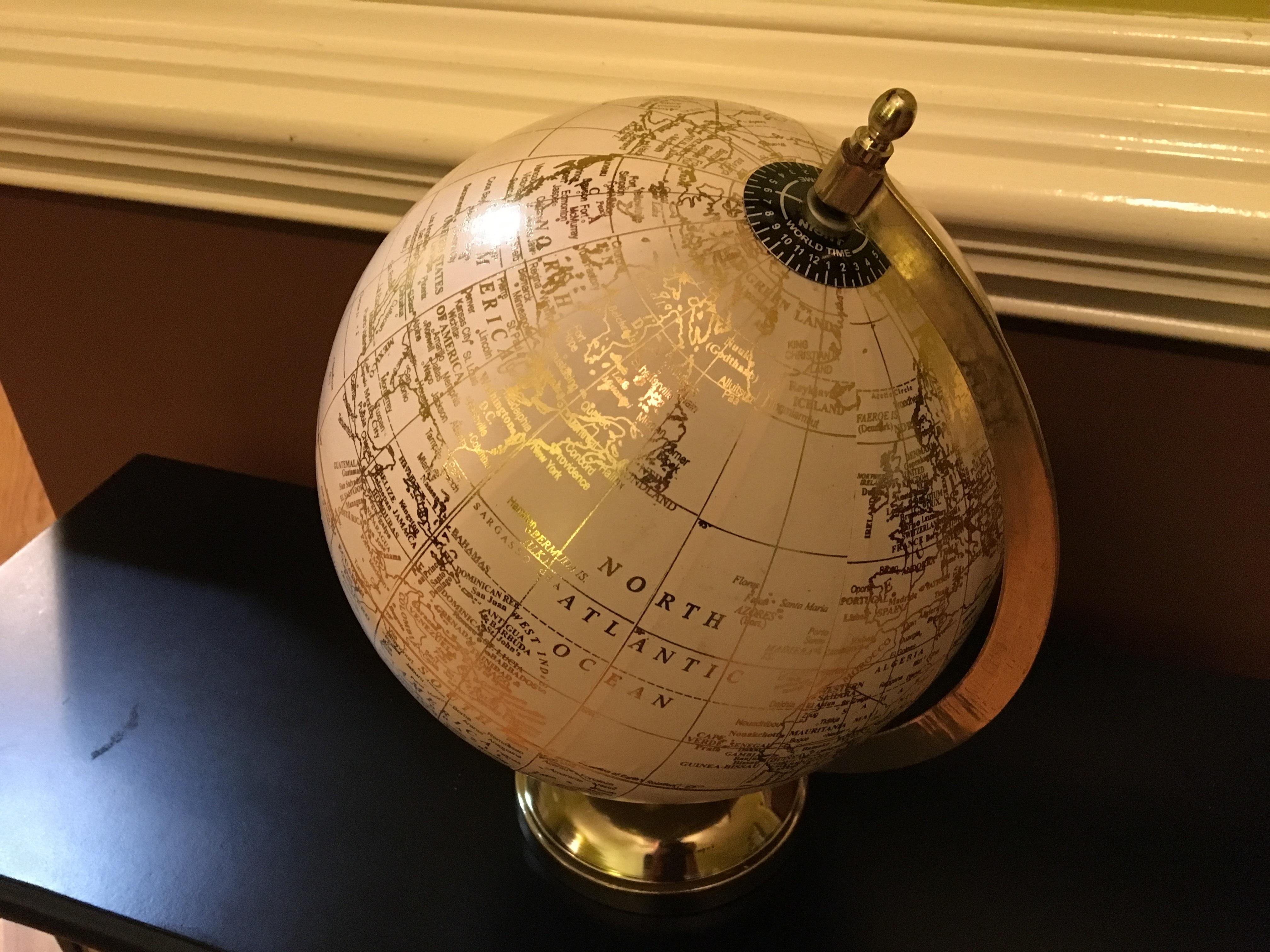 地球儀、テーブル
