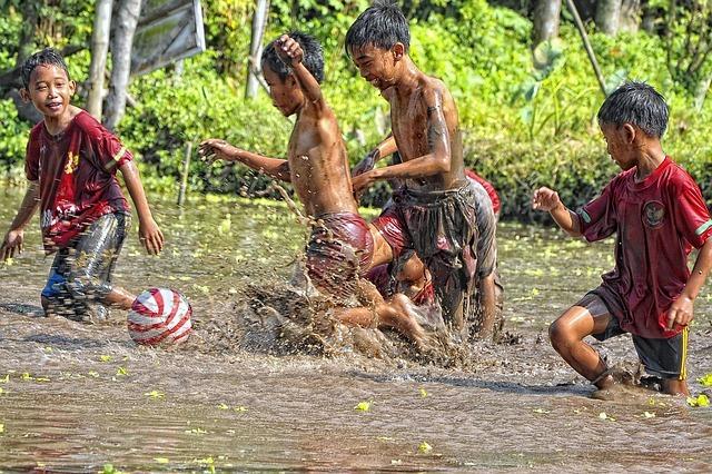 水遊びをする男の子4人の写真