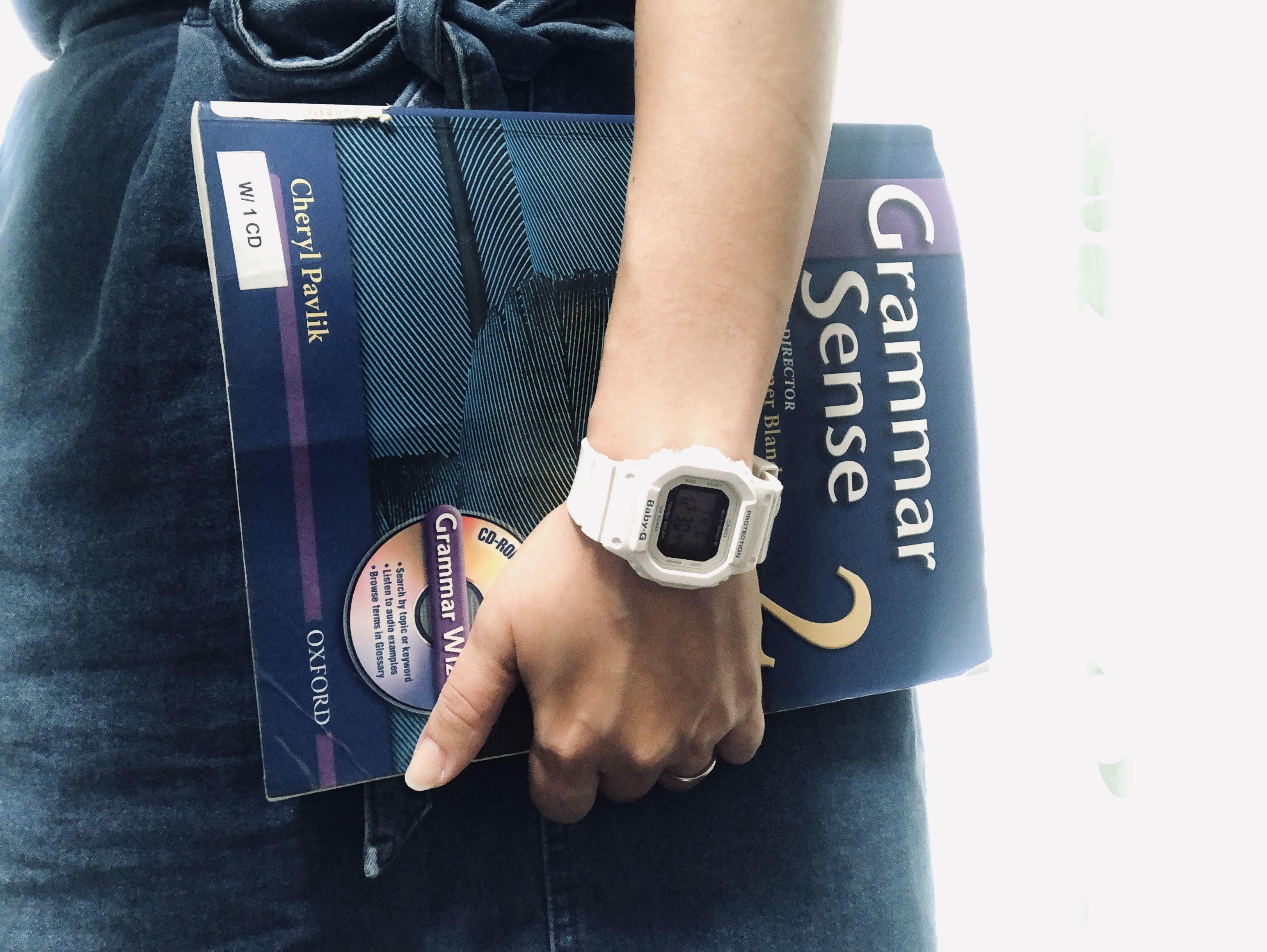 本を抱える手の写真