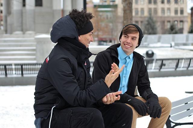 二人で座って会話している写真