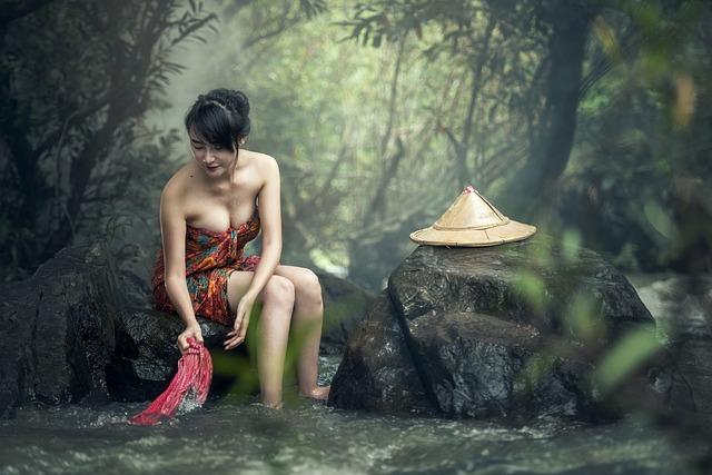 川で布を洗う女性