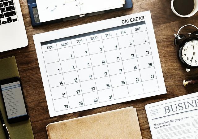 机にカレンダーが置いてある画像です。