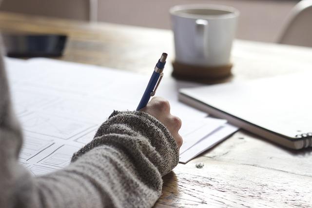 ペンを使って何かを記入する