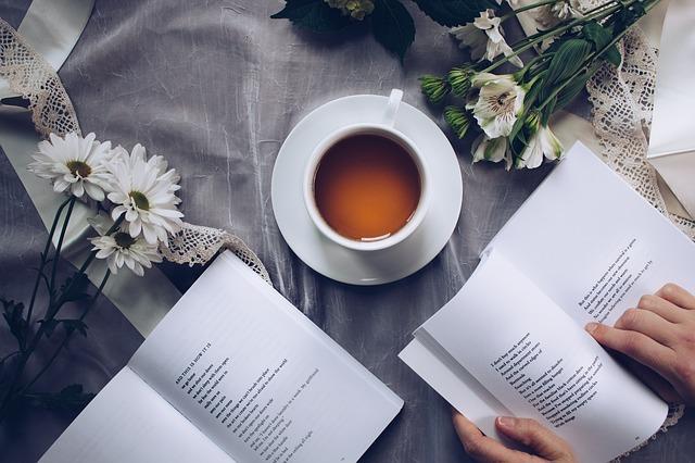 飲み物を近くにおいて読書