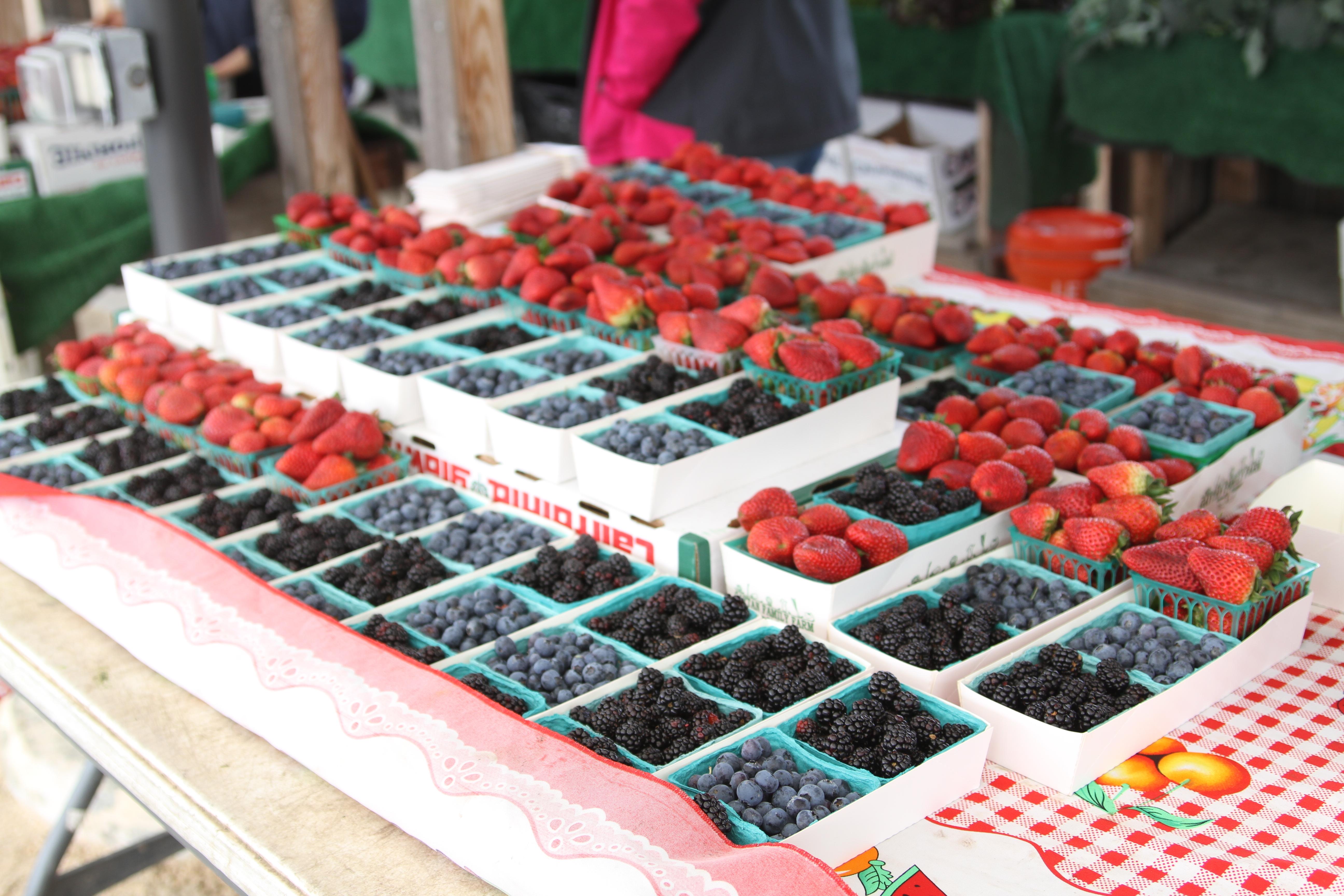 ファーマーズマーケットのベリー系果物