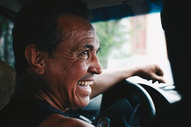 車を運転する笑顔の男性