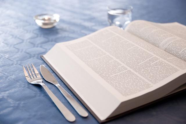 食卓の上の本